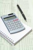 Calcolatore e penna su documento finanziario Fotografia Stock