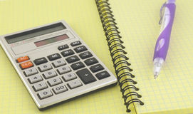 Calcolatore e penna sul scrittura-libro Immagini Stock Libere da Diritti