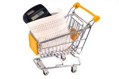 Calcolatore e ricevuta in un carretto del supermercato su un fondo bianco fotografia stock