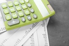Calcolatore e ricevute verdi fotografia stock