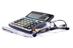 Calcolatore e vetri con una penna fotografia stock libera da diritti