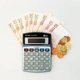 Calcolatore, euro banconote ed euro monete isolati su bianco fotografie stock libere da diritti