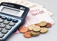 Calcolatore, euro banconote ed euro monete isolati su bianco fotografia stock libera da diritti