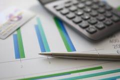 Calcolatore grigio della penna d'argento e carta di plastica di credito immagine stock libera da diritti