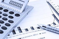 Calcolatore, penna e diagramma di affari Fotografia Stock