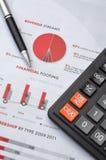 Calcolatore, penna e grafico Immagine Stock