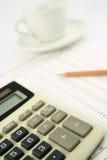 Calcolatore, penna e tazza di caffè Immagini Stock