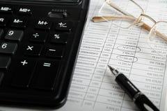 Calcolatore, penna e vetri Immagini Stock Libere da Diritti