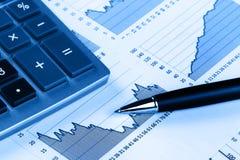 Calcolatore, penna ed il rapporto finanziario Fine in su Fotografie Stock Libere da Diritti
