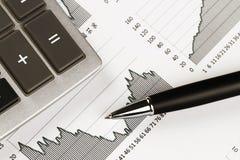 Calcolatore, penna ed il rapporto finanziario Fine in su Fotografia Stock Libera da Diritti