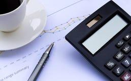 Calcolatore, penna, tazza di caffè e grafico finanziario, lavoro s di affari Fotografia Stock