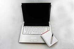 Calcolatore, rilievo e penna Immagine Stock