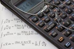 Calcolatore scientifico, vetri di lettura, libro di per la matematica fotografia stock libera da diritti