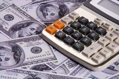 Calcolatore sopra soldi Immagine Stock