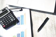 Calcolatore sul grafico con la tastiera fotografia stock