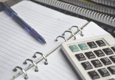 Calcolatore sul taccuino con la penna Fotografia Stock Libera da Diritti