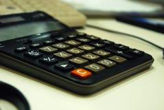 Calcolatore sulla fine della tavola su fotografie stock