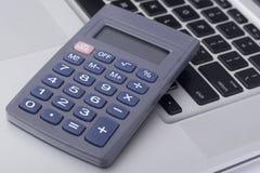 Calcolatore sulla tastiera del computer portatile Fotografia Stock