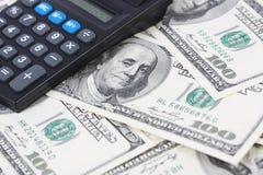 Calcolatore sulle banconote in dollari dell'americano cento dei soldi Fotografie Stock Libere da Diritti