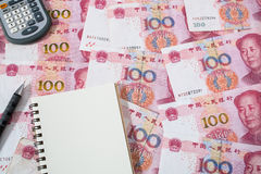 Calcolatore, taccuino e matita su valuta cinese delle banconote di yuan Immagini Stock Libere da Diritti