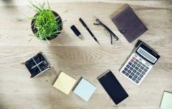 Calcolatore, telefono cellulare e cancelleria sulla tavola Fotografie Stock
