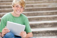 Calcolatore usando teenager del ridurre in pani Fotografie Stock