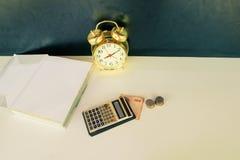 Calcolatore vecchio oro d'annata vecchio, dei soldi e della sveglia sopra fondo bianco e nero Con lo spazio della copia fotografie stock