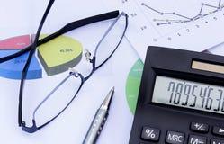 Calcolatore, vetri, penna e grafico finanziario, spirito del grafico di affari Immagine Stock Libera da Diritti