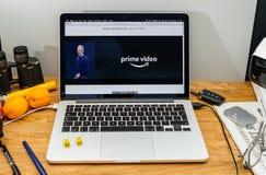 Calcolatori Apple agli ultimi annunci di WWDC di perfezione di Amazon sopra fotografia stock libera da diritti