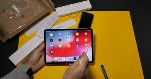 Calcolatori Apple unboxing dell'ultimo iPad dell'uomo pro video d archivio