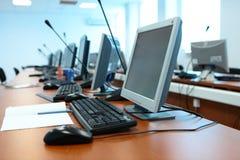 Calcolatori, tabelle, la tastiera all'ufficio Fotografia Stock Libera da Diritti