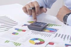 Calcolazione della situazione finanziaria Fotografia Stock Libera da Diritti