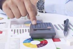 Calcolazione della situazione finanziaria Immagini Stock Libere da Diritti