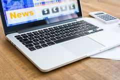 Calcoli del mercato azionario e vendere con PC del computer portatile fotografie stock libere da diritti