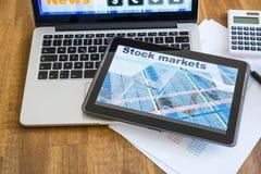 Calcoli del mercato azionario e vendere con PC e Lapto della compressa fotografia stock