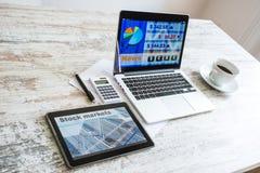 Calcoli del mercato azionario e vendere con PC e Lapto della compressa fotografia stock libera da diritti