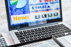 Calcoli del mercato azionario e vendere con PC e Lapto della compressa fotografie stock libere da diritti