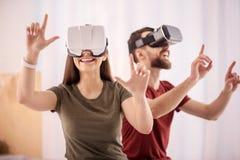 Calcoli di conduzione della donna allegra allegra in VR fotografie stock