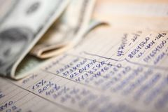 Calcoli e 100 banconote in dollari fotografie stock libere da diritti
