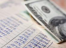 Calcoli e 100 banconote in dollari fotografie stock