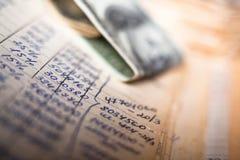 Calcoli e 100 banconote in dollari fotografia stock