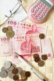 Calcoli i soldi con i vetri dell'occhio immagini stock