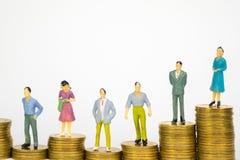 Calcoli l'uomo d'affari miniatura o piccoli investitore ed ufficio della gente immagine stock libera da diritti