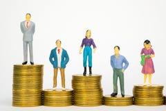 Calcoli l'uomo d'affari miniatura o piccoli investitore ed ufficio della gente fotografie stock libere da diritti