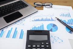 Calcolo di finanza di affari Immagine Stock