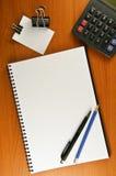calcu klamerki notatnika papieru papernote pióra ołówek Obraz Stock