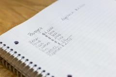 Calcul de budget sur un bloc-notes images stock
