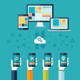 Calcul de nuage L'ordinateur de bureau, l'ordinateur portable et le comprimé avec des mains tenant des téléphones dirigent l'illu Photos stock