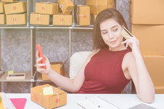 Calcul du coût d'affranchissement d'un petit paquet, entreprise de petite entreprise Images stock
