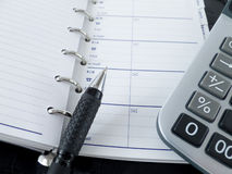 Calculadora, bloco de notas e pena Imagens de Stock